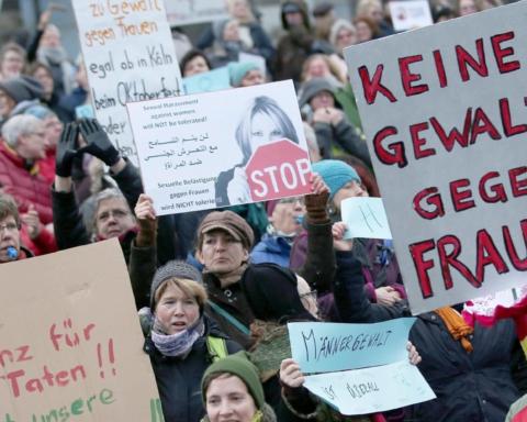 Colonia: femministe su scalinata duomo, 'nessuna tolleranza'