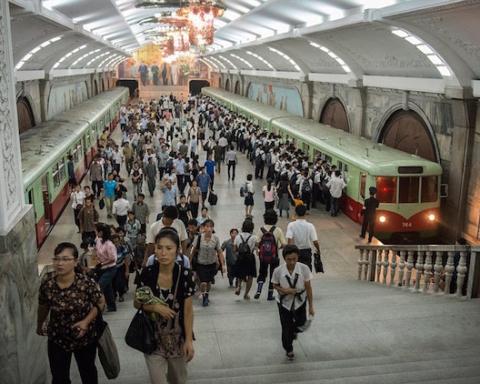 corea-del-norte-personas-en-metro1