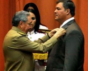 Ramon Labanino viene decorato dal presidente Raul Castro