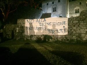 L'emblematico striscione posato sulle rovine di Piazza Castello.
