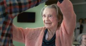 "La protagonista del film ""Une jeune fille de 90 ans"", di Valeria Bruni Tedeschi e Yann Coridian."