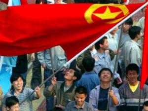 Studenti cinesi sventolano la bandiera della Lega della Gioventù Comunista