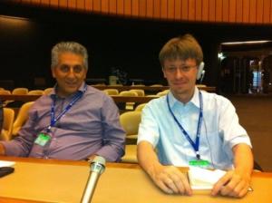 Mavrikos con Ay durante una riunione all'ONU di Ginevra