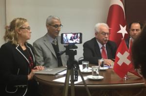 Perinçek durante la conferenza stampa a Zurigo